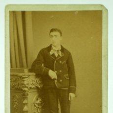 Fotografía antigua: FOTOGRAFÍA CARTE VISITE CHICO TRAJE MUEBLE ESTUDIO J GUTIERREZ MADRID HACIA 1880 S XIX. Lote 39919022