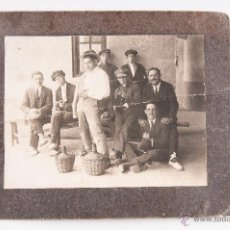 Fotografía antigua: FOTOGRAFIA DE GRUPO DE HOMBRES, FOTOGRAFIA EN BLANCO Y NEGRO. Lote 43522382