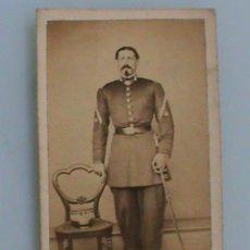 Fotografía antigua: CDV DE TENIENTE CORONEL ARTILLERIA DEL SIGLO XIX CON LEOPOLDINA , GOLA Y SABLE.. Lote 44312177
