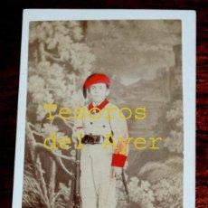 Fotografía antigua: FOTOGRAFIA ALBUMINA DE NIÑO DEL BATALLON INANTIL DE MIQUELETES DE GUIZPUZCOA, NIÑO SOLDADO, FORMAN. Lote 46376894