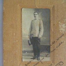 Fotografía antigua: FOTO ESTUDIO DE ALFEREZ DE CABALLERIA CON TERESIANA Y ESPADIN . DE EMILIO VELO, MADRID , 1908. Lote 50729461