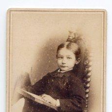 Fotografía antigua: NIÑO LEYENDO. FOTO AUGSBURG, CHARLOTTENBURG, ALEMANIA, REVERSO DECORADO. Lote 51724611