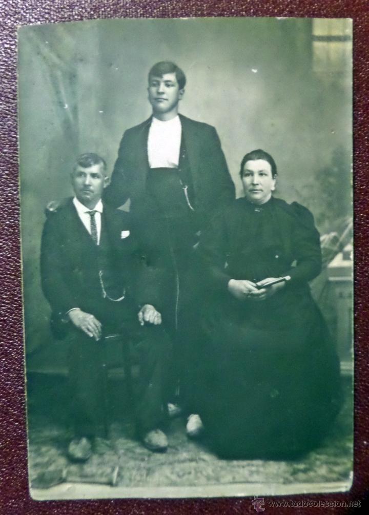 ANTIGUA FOTOGRAFIA DE FAMILIA, TIPO CARTE DE VISITA. VER FOTO REVERSO (Fotografía Antigua - Cartes de Visite)
