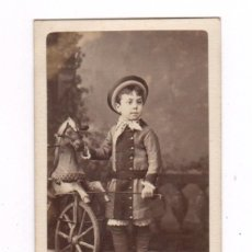 Fotografía antigua: RETRATO CDV DE NIÑO CON CABALLO DE CARTÓN, FOTO NAPOLEÓN, BARCELONA. . Lote 54645607