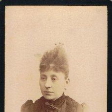 Fotografía antigua: FOTO CARTA DE VISITA .SEÑORA CON PEINETA ADORNADA EN 3 BOLAS.CA.1885. FOTOG: BONED Y PUJOL.BARCELONA. Lote 55367257