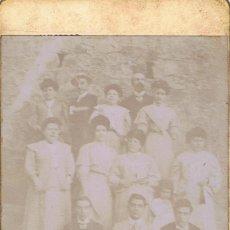 Fotografía antigua: FOTO CARTA DE VISITA. RETRATO DE GRUPO EN EXTERIOR. CA.1895-1900. PROCEDENCIA: BARCELONA.. Lote 57073336