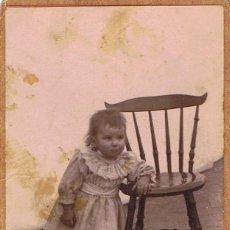 Fotografía antigua: FOTO CARTA DE VISITA. RETRATO DE NIÑA EN PATIO EXTERIOR. CA.1895. PROCEDENCIA: BARCELONA.. Lote 57073573