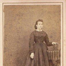 Fotografía antigua: FOTO CARTA DE VISITA. RETRATO DE SEÑORITA APOYADA EN ALBUM.CA.1865.FOTOGRAFÍA DEL LICEO. BARCELONA.. Lote 57118670