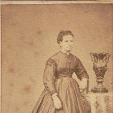 Fotografía antigua: FOTO C.DE VISITA.RETRATO DE DAMA APOYADA SOBRE LIBRO EN VERTICAL.CA.1870. FOT.LA FAVORITA. BARCELONA. Lote 57544276