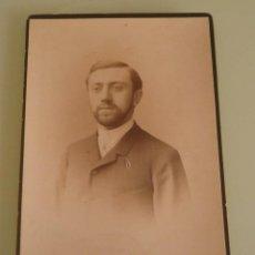 Fotografía antigua: FOTO ALBUMINA TIPO CV. SEÑOR POSANDO. ART PHOTGR. ATELIER VON SCHULZ & SUCK 1889. Lote 57858597