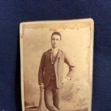 Fotografía antigua: FOTO JOVEN MUCHACHO CDV APOYADO EN SILLA FOT GONZALO MADRID PPIOS S XX 10X6CMS. Lote 58626933
