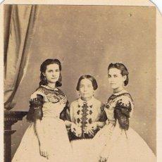 Fotografía antigua: FOTO C. DE VISITA DE TRES SEÑORITAS DEDICADA A D.JOSÉ SANFELIU. VERACRUZ. 14 DE DICIEMBRE 1870.. Lote 61070643