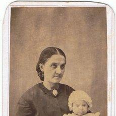 Fotografía antigua: FOTO C.DE VISITA. RETRATO DE MADRE CON BEBE EN BRAZOS. CA.1865-1870.FOT.: J.PÁREZ.VERACRUZ.. Lote 62240260