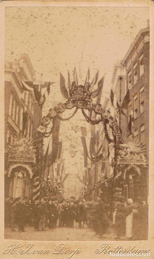 FOTO C.DE VISITA. VISTA CELEBRACION OFICIAL CON ARCO EFIMERO. CA.1880. FOT: IVAN DORP. ROTTERDAM. (Fotografía Antigua - Cartes de Visite)