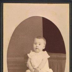 Fotografía antigua: FOTO C.VISITA RETRATO DE BEBÉ SOBRE COJÍN EN MARCO OVAL.CA.1880-85. FOT.:J.DIAMANT. MATARÓ.. Lote 63329972