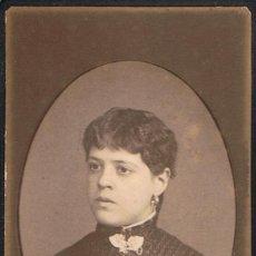 Fotografía antigua: FOTO C.VISITA. RETRATO DE SEÑORITA EN MARCO OVAL. CA.1880-85. FOT: DAMASO FUERTES VELEZ.MATARÓ.. Lote 63330916