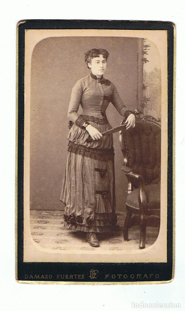 FOTO C.VISITA. RETRATO DE SEÑORITA DE PIE APOYADA EN SILLON. CA1880-85. FOT: DAMASO FUERTES. MATARÓ. (Fotografía Antigua - Cartes de Visite)