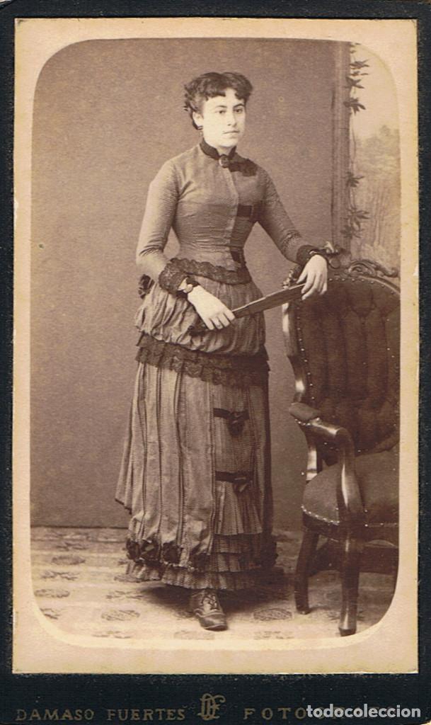 Fotografía antigua: FOTO C.VISITA. RETRATO DE SEÑORITA DE PIE APOYADA EN SILLON. CA1880-85. FOT: DAMASO FUERTES. MATARÓ. - Foto 2 - 63331600
