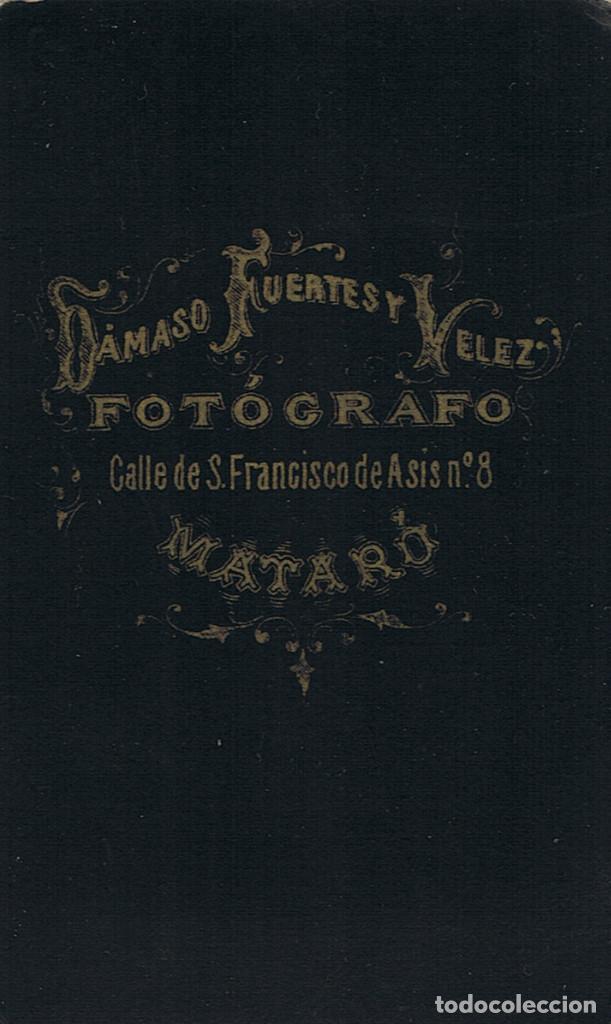 Fotografía antigua: FOTO C.VISITA. RETRATO DE SEÑORITA DE PIE APOYADA EN SILLON. CA1880-85. FOT: DAMASO FUERTES. MATARÓ. - Foto 3 - 63331600