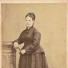 Fotografía antigua: FOTO C.V. RETRATO DE SEÑORA APOYADA EN PEDESTAL. CA. 1875. FOTOGRAFIA BARCELONESA DE CAMPMANY.MATARÓ. Lote 64375355