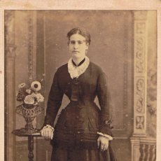 Fotografía antigua: FOTO C.V. RETRATO FRONTAL DE SEÑORITA APOYADA EN MESITA. CA.1875. FOT: CAPMANY. MATARÓ.. Lote 64375935