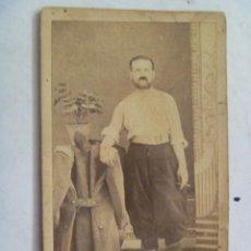 Fotografía antigua: CDV DE UN MILITAR GUERRA CARLISTA , CON GORRO ISABELINO Y ALPARGATAS , SIGLO XIX. Lote 64779807