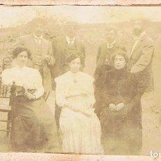 Fotografía antigua: FOTO C.V. RETRATO DE FAMILIA EN EXTERIOR CASA DE CAMPO. CA.1880. SIN AUTORIA. PROCED: BARCELONA. Lote 65452334