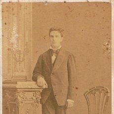 Fotografía antigua: FTO.C.V. RETRATO DE JOVEN ENTRE PEDESTAL Y SILLA. CA. 1875-1880. FOT.JUAN MARTÍ. BARCELONA.. Lote 66031486