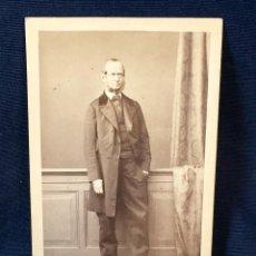 Fotografía antigua: CABALLERO LEVITA FAVORITOS POSANDO DE PIE FOT BERLIN L. HAASE & CO. Lote 66318794
