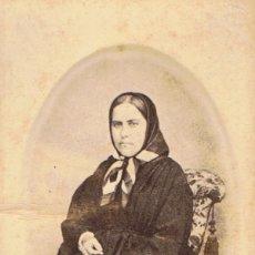 Fotografía antigua: FOTO C.V. RETRATO EN OVALO DE SEÑORA DE LUTO SENTADA .CA.1875-1880. FOT.. MR.UNAL. BARCELONA.. Lote 66921638