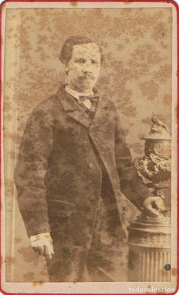 FOTO C.V. RETRATO DE CABALLERO APOYADO EN JARRON. CA.1860. FOT.: ADRIEN CORDIGLIA. BARCELONA (Fotografía Antigua - Cartes de Visite)