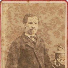 Fotografía antigua: FOTO C.V. RETRATO DE CABALLERO APOYADO EN JARRON. CA.1860. FOT.: ADRIEN CORDIGLIA. BARCELONA. Lote 67472733