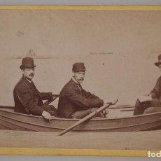 Fotografía antigua: RARISIMA FOTOGRAFIA CDV PROCEDENTE DE ISLA DE MAN, 3 CABALLEROS EN CANOA. Lote 67852873