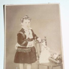 Fotografía antigua: FOTOGRAFIA ALBUMINA TIPO CDV DE NIÑA CON SU MUÑECA, FOTO RAFAEL ROCAFULL, CADIZ, MIDE 10 X 6,5 CMS.. Lote 68843393
