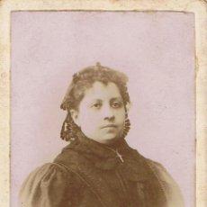 Fotografía antigua: C.V. RETRATO DE SEÑORA DE LUTO CON MANTILLA DE ENCAJE .CA.1895. FOT.CARLOS BERTAZIOLI. BARCELONA.. Lote 68995881