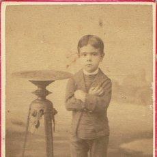 Fotografía antigua: FOTO C.V. RETRATO DE NIÑO CON LOS BRAZOS CRUZADOS. CA.1885-1890. FOT.:RAFAEL AREÑAS. BARCELONA.. Lote 68998809