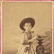 Fotografía antigua: FOTO C.V. RETRATO DE NIÑA CON PAMELA. CA.1885-1890. FOT.: RAFAEL AREÑAS. BARCELONA. Lote 68999105