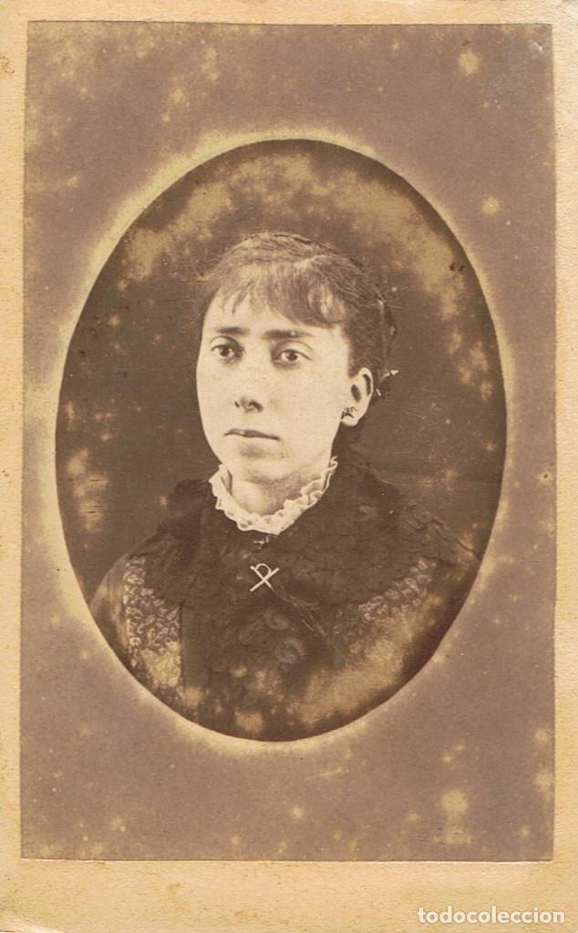 FOTO C.V. RETRATO EN OVALO DE SEÑORITA. CA.1885-1890. FOT: MACARIO GARCIA.SEGOVIA. (Fotografía Antigua - Cartes de Visite)