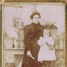 Fotografía antigua: FOTO C.V. RETRATO DE SEÑORA CON NIÑO SOBRE SILLA. CA.1895. FOT.: Y.MINCHERO. LLANES (ASTURIAS). Lote 70207541