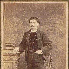Fotografía antigua: C.V. RETRATO DE CABALLERO ENTRE PEDESTAL Y SILLA. CON DEDICATORIA. 1869. FOT.:RODAMILANS.BARCELONA. Lote 71107589