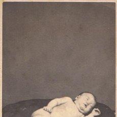 Fotografía antigua: FOTO C.V. BEBÉ POST-MORTEM POSTRADO SOBRE COJÍN. 15 JUNIO 1864. FOT.: CANTÓ. BARCELONA.. Lote 71130577