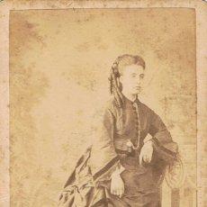 Fotografía antigua: FOTO C.V. RETRATO DE DAMA CON TIRABUZONES. CA. 1870-1875. FOT.: GUSTAVO LARAUZA. BARCELONA.. Lote 71432823