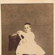 Fotografía antigua: FOTO C.V. RETRATO DE NIÑA DE BLANCO SENTADA EN BUTACA. CA.1875.FOT. BARCELONESA DE CAMPMANY. MATARÓ.. Lote 71870019
