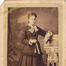 Fotografía antigua: C.V. RETRATO DE SEÑORITA CON ABANICO Y MISAL ENTREDEDOS. CA.1875. FOT.:MANUEL SANCHEZ. BARCELONA.. Lote 72027567