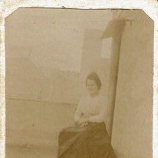 Fotografía antigua: FTO.C.V. RETRATO DE SEÑORA SENTADA EN TERRADO.RECUERDO BARCELONA 5 OCTUBRE DE 1900.. Lote 77312501