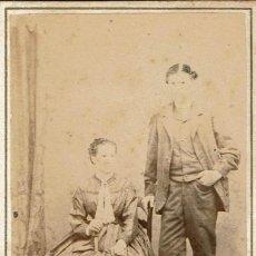 Fotografía antigua: FTO. C.V. RETRATO DE MATRIMONIO POSANDO. CA.1865-1870. FOT.: PASCUAL Y JOFRÉ. BLANES.. Lote 81824332
