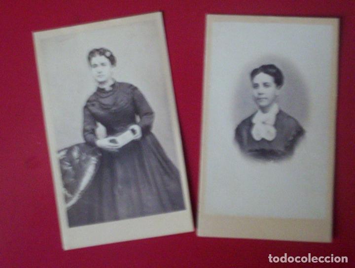 2 CDV DAMAS SEÑORAS MOSTRANDO EN MANO CARTE DE VISITE FOTO J. YBAÑEZ MARTINEZ HELLIN ALBACETE C.1865 (Fotografía Antigua - Cartes de Visite)