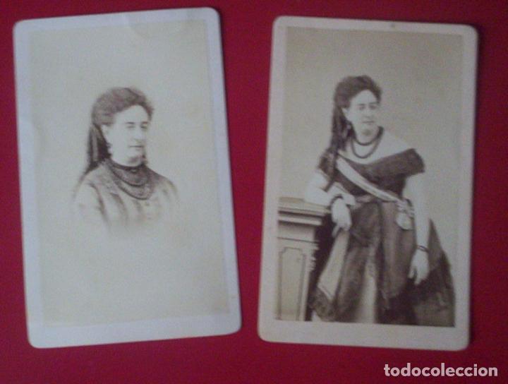 2 CDV SEÑORA VESTIDO MODA CARTE DE VISITE FOTO LARAUZA BARCELONA C.1865 XIX BANDA DAMA (Fotografía Antigua - Cartes de Visite)