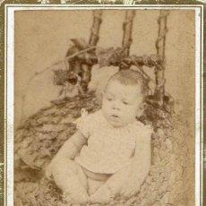 Fotografía antigua: FTO. C.V. RETRATO DE BEBÉ METIDO EN NIDO TRENZADO. CA.1895-1900. FOT: P. PALLEJÁ. TARRAGONA. Lote 82499068