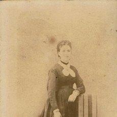 Fotografía antigua: FTO. C.V. RETRATO DE DAMA APOYADA EN SILLA DE TELA. CA.1860-1865. FOT.: OTNAC. BARCELONA.. Lote 86259920